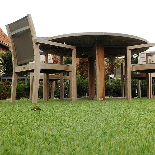 műfű kertben, asztal és székek